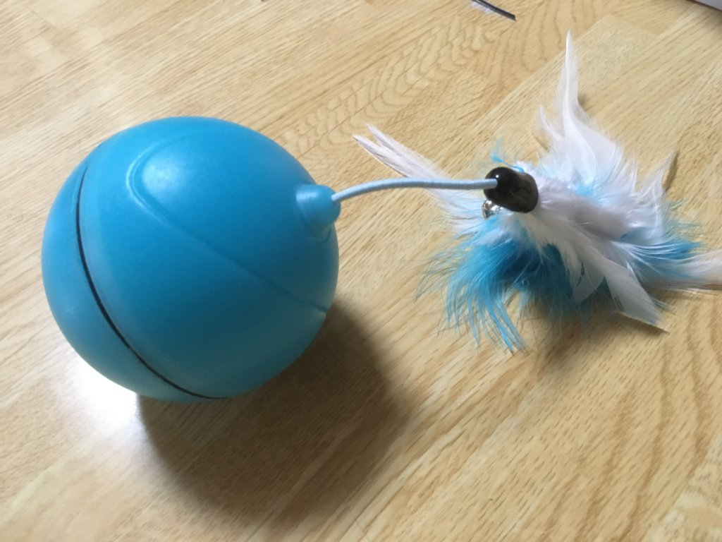 猫用自動で動くボールに猫じゃらしをくっつける
