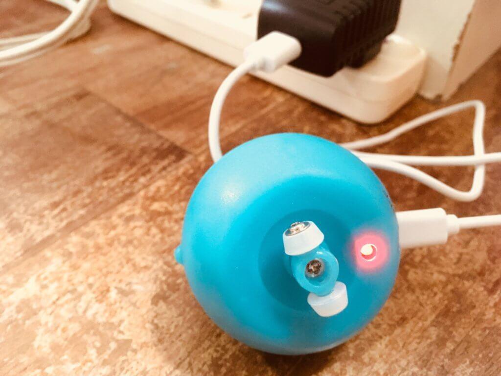 猫用自動で動くボールを充電中