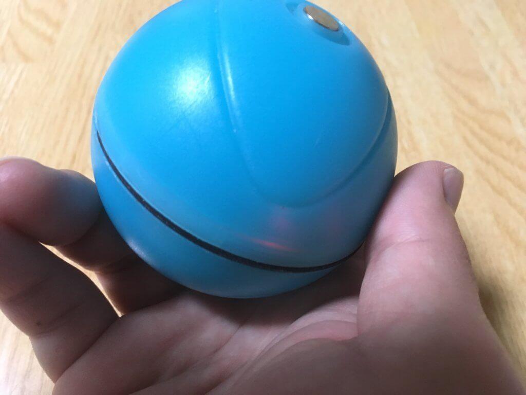 猫用自動で動くボール(うっすらと赤く光る)