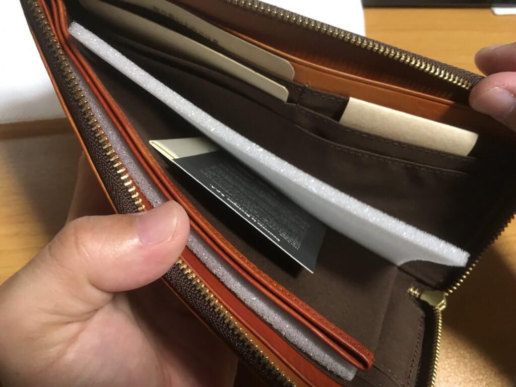キャサリンハムネットロンドン(KATHARINE HAMNETT LONDON)L字ファスナー長財布の中を確認