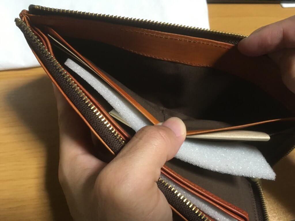 キャサリンハムネットロンドン(KATHARINE HAMNETT LONDON)L字ファスナー長財布の右ポケットを確認