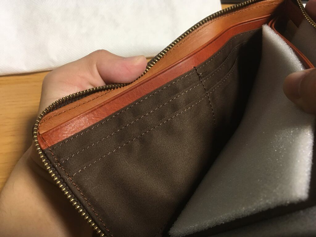 キャサリンハムネットロンドン(KATHARINE HAMNETT LONDON)L字ファスナー長財布の左カード入れを確認