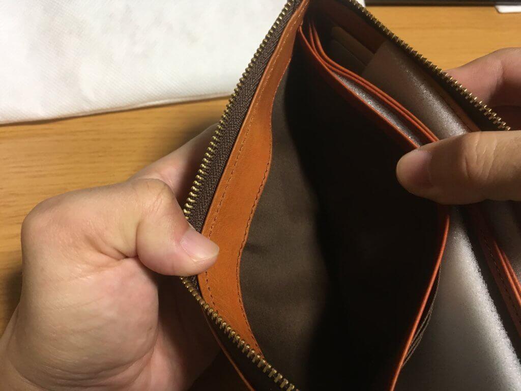 キャサリンハムネットロンドン(KATHARINE HAMNETT LONDON)L字ファスナー長財布の左ポケットを確認