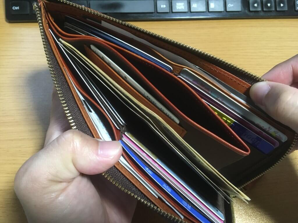 キャサリンハムネットロンドン(KATHARINE HAMNETT LONDON)L字ファスナー長財布に元の財布からカードやお金を移した様子