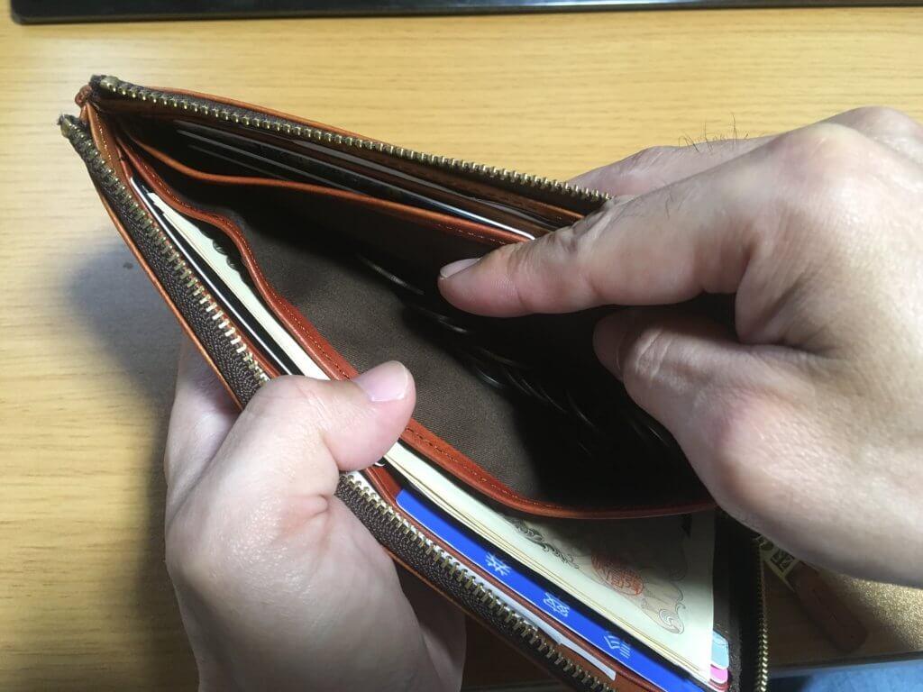 キャサリンハムネットロンドン(KATHARINE HAMNETT LONDON)L字ファスナー長財布は小銭が簡単に取り出せる